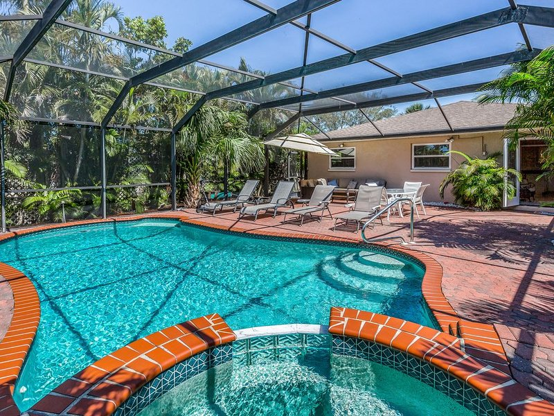 Spacious home w/ private pool, pool spa, & large outdoor seating area!, holiday rental in Naples Park