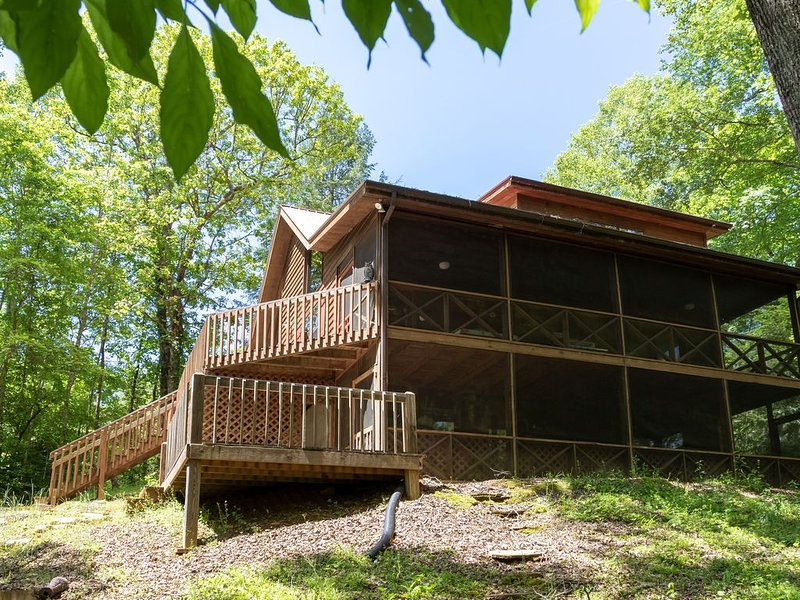 Creekside cabin w/ wood-burning fireplace, pool table, & outdoor fire pit!, casa vacanza a Mineral Bluff