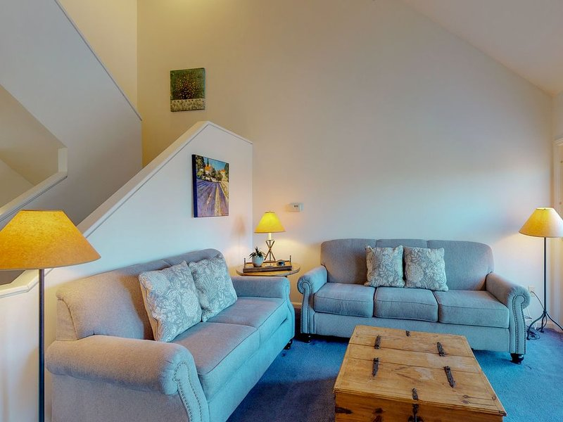 Cozy townhome w/ shared pool/hot tub, ski-in/ski-out access!, vacation rental in Newry