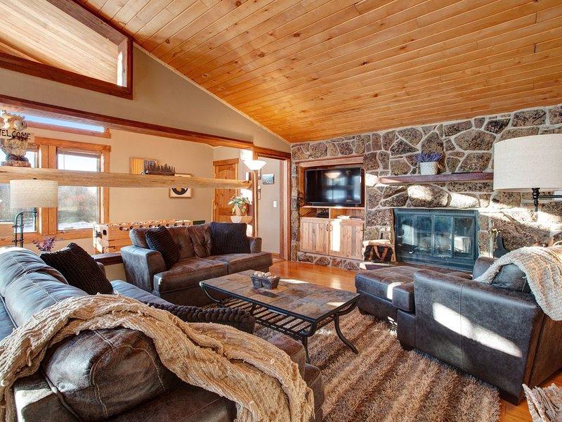 Stylish townhome w/private hot tub & foosball-near skiing, dogs OK, aluguéis de temporada em Fraser