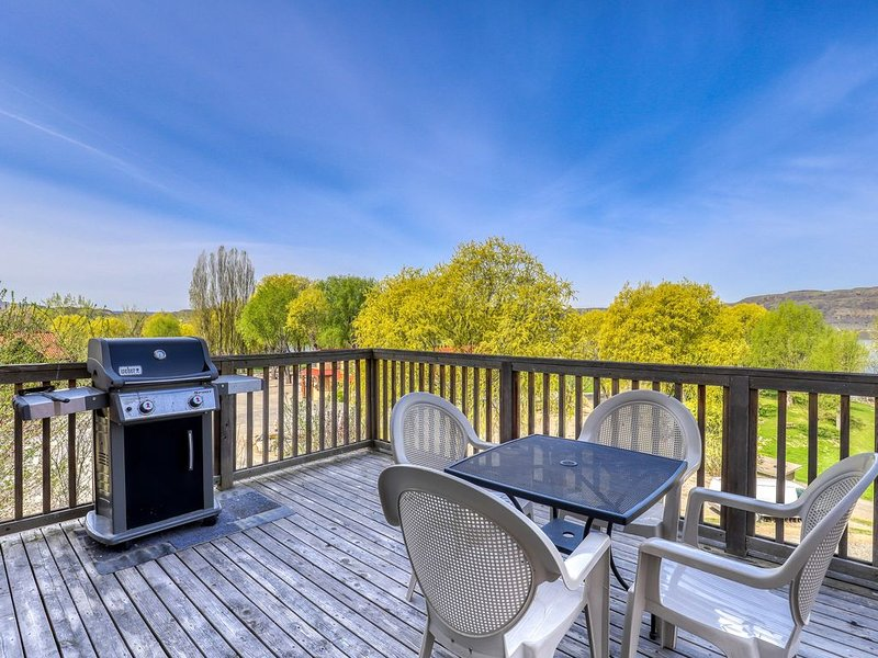 Dog-friendly hillside villa w/ private BBQ & shared dock/resort amenities!, holiday rental in Electric City