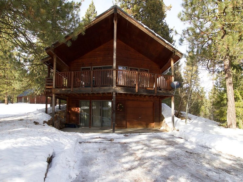 Cozy cabin w/ wood stove, cable, and a private foosball table!, holiday rental in Cascade