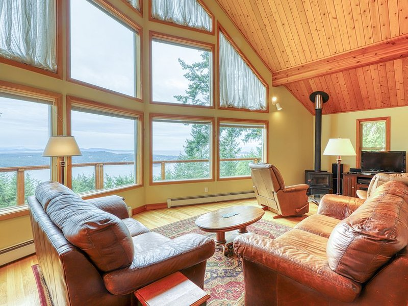 Updated Eastsound home w/million dollar views!, location de vacances à Eastsound
