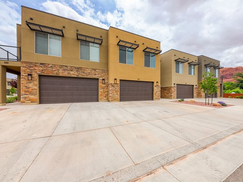 Modern condo w/ fenced patio & shared pool/hot tub, near downtown/Arches!, holiday rental in Arches National Park