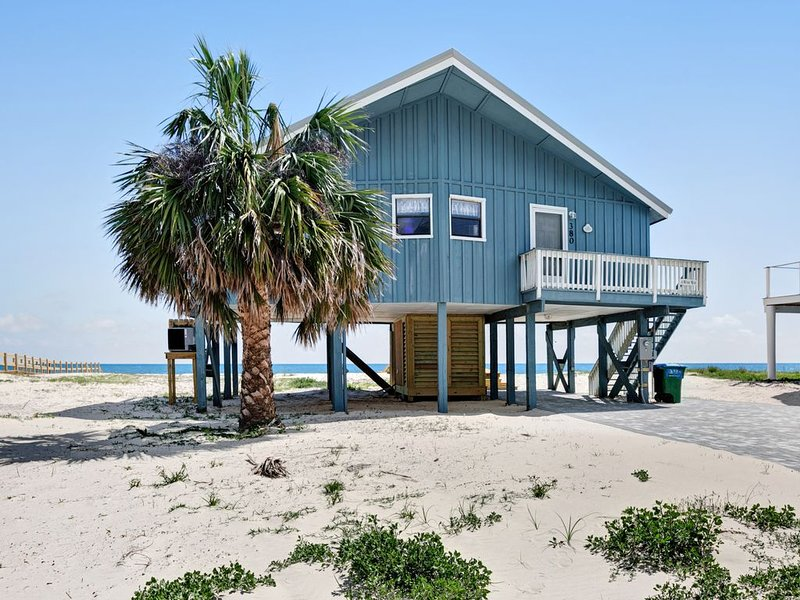 Dog-friendly, Gulf-front home w/ private boardwalk & views, alquiler de vacaciones en Port Saint Joe