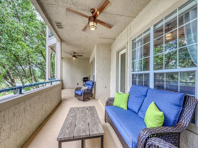 New listing! Waterfront condo w/ shared pool, hot tub, & water views - dogs OK!, casa vacanza a Lago Vista