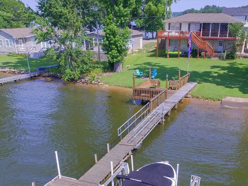 Family-friendly & dog-friendly lakefront home w/ dock and firepit, holiday rental in Prosperity