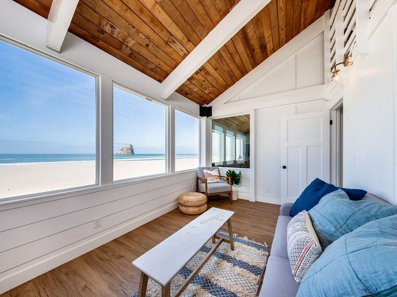 Beautiful beachfront home w/ private hot tub & amazing views - dogs OK!, holiday rental in Pacific City