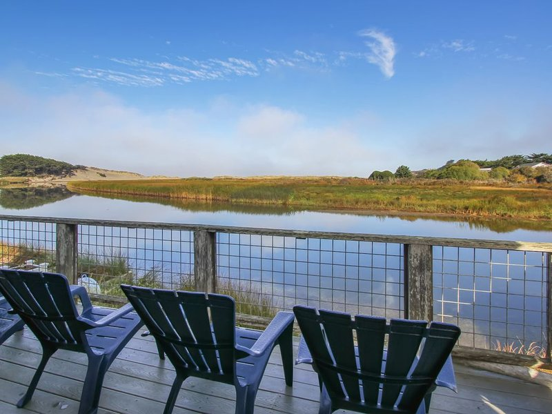 Waterfront home w/ views of the mountains and Salmon Creek - dogs welcome!, alquiler de vacaciones en Bodega Bay