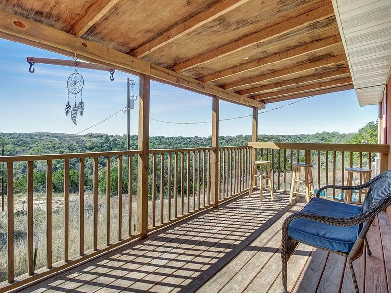 Charming rural escape w/ shaded porch & wonderful Hill Country view, holiday rental in Sisterdale