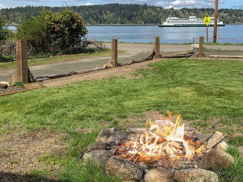 New listing! Dog-friendly water view home w/ beach access, firepit & deck, Ferienwohnung in Southworth