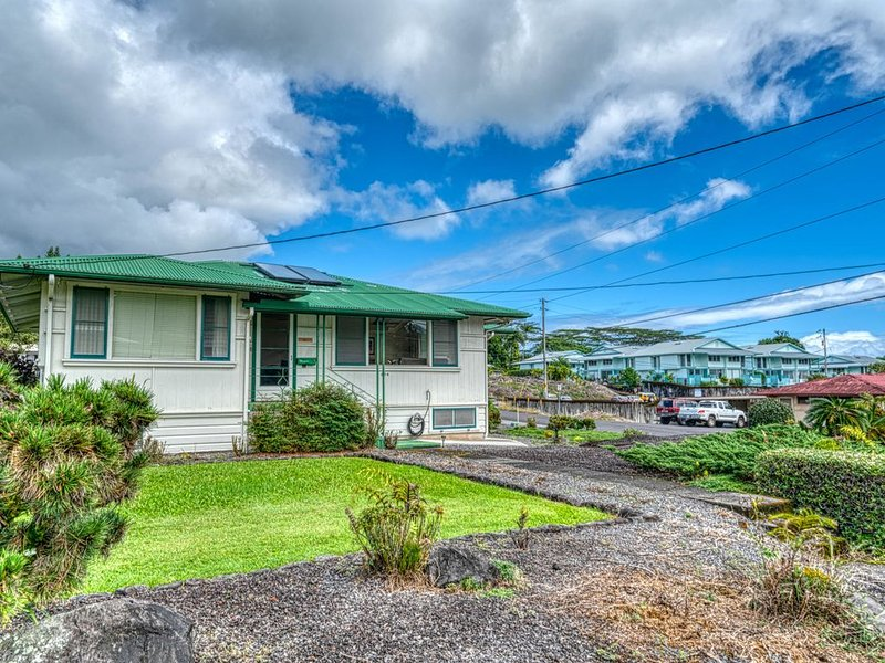 Full kitchen, walk-in shower, blocks from the beach!, holiday rental in Hilo