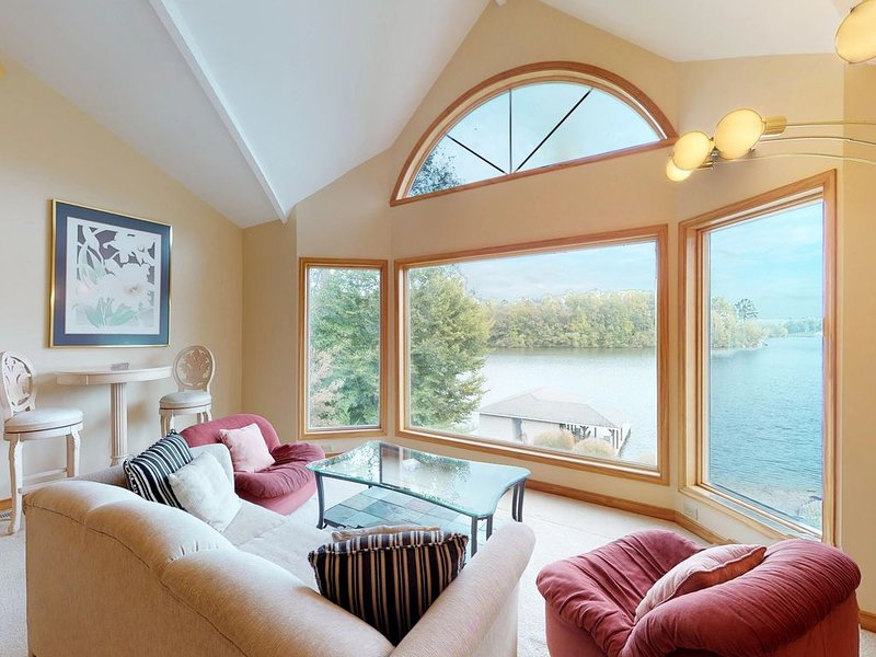 Amazing views w/ hot tub, children's play area, dock, and gym access!, holiday rental in Orange