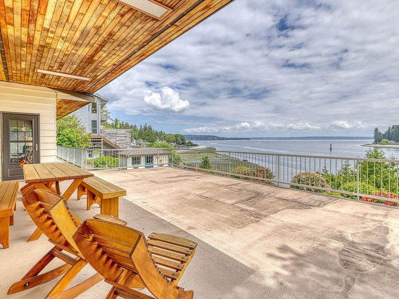Premium Cleaned | PING family, waterfront home w/ incredible views, a private be, holiday rental in Keyport