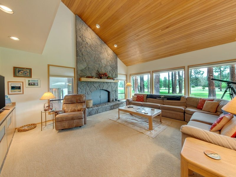 Beautiful Glaze Meadow home with golf course views and private hot tub!, holiday rental in Black Butte Ranch