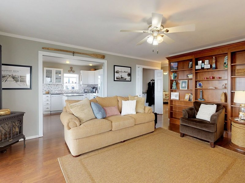 Dog-friendly and comfortable bayfront condo with incredible views!, holiday rental in Westport