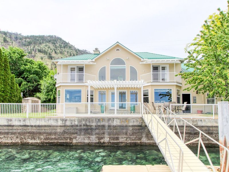 Sunny, lakefront home with huge patio, floating dock & 2 buoys, holiday rental in Chelan