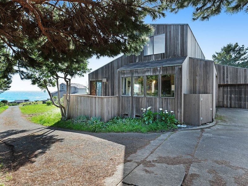 Modern retro home w/ ocean views, a private hot tub, shared pool, & views, alquiler de vacaciones en The Sea Ranch