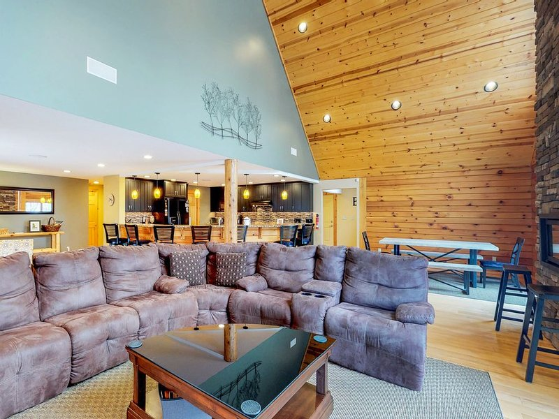 Log home w/ private hot tub, air hockey/pool tables & media room!, holiday rental in Oakland