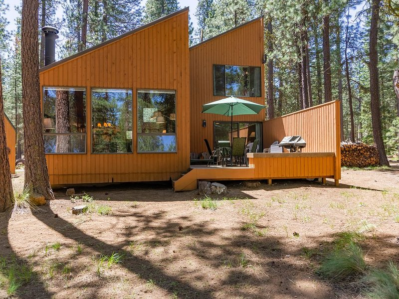 Charming and Upgraded Three Bedroom Cabin with Lake Views!, holiday rental in Black Butte Ranch