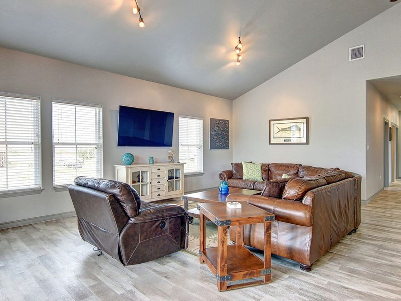 Dog-friendly, waterfront home w/ fishing dock - near the Bay!, vacation rental in Corpus Christi