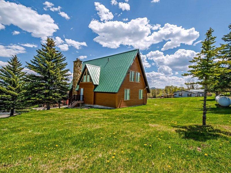 Charming, rustic cabin with gorgeous lake views!, aluguéis de temporada em Laketown