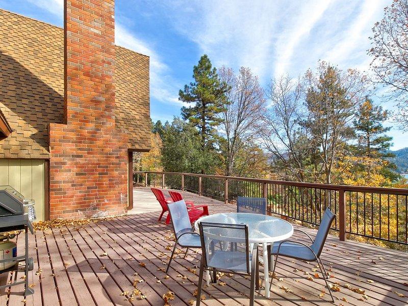 Incredible home w/full kitchen, pool table & large deck, lake views – semesterbostad i Lake Arrowhead