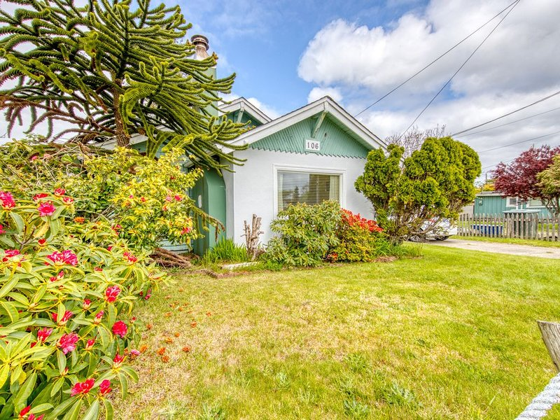 Charming dog-friendly cottage w/ enclosed yard - walk to the beach!, holiday rental in Seaview