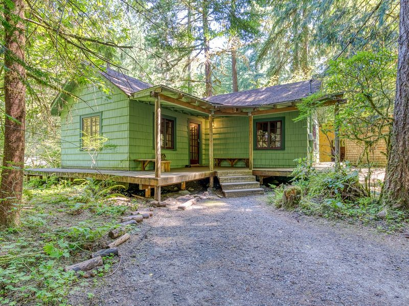 1930s cabin w/ wrap-around deck, private hot tub & wood stove, holiday rental in Rhododendron