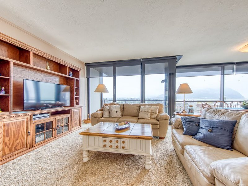 Sixth-floor, oceanfront condo w/ panoramic views - steps from the beach!, location de vacances à Seaside