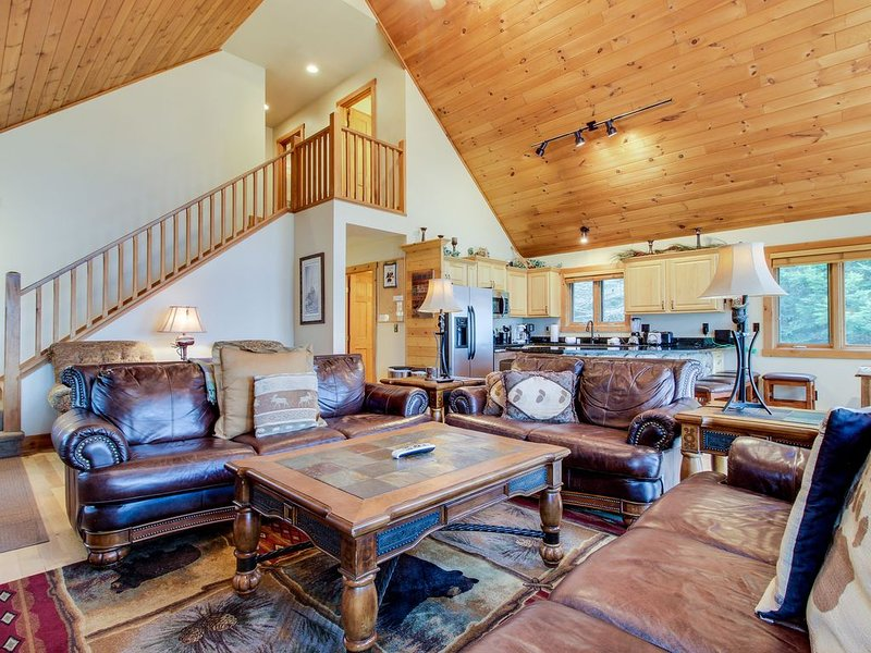 Lakefront lodge w/private dock, firepit, deck & sunset views, vacation rental in Eagle River