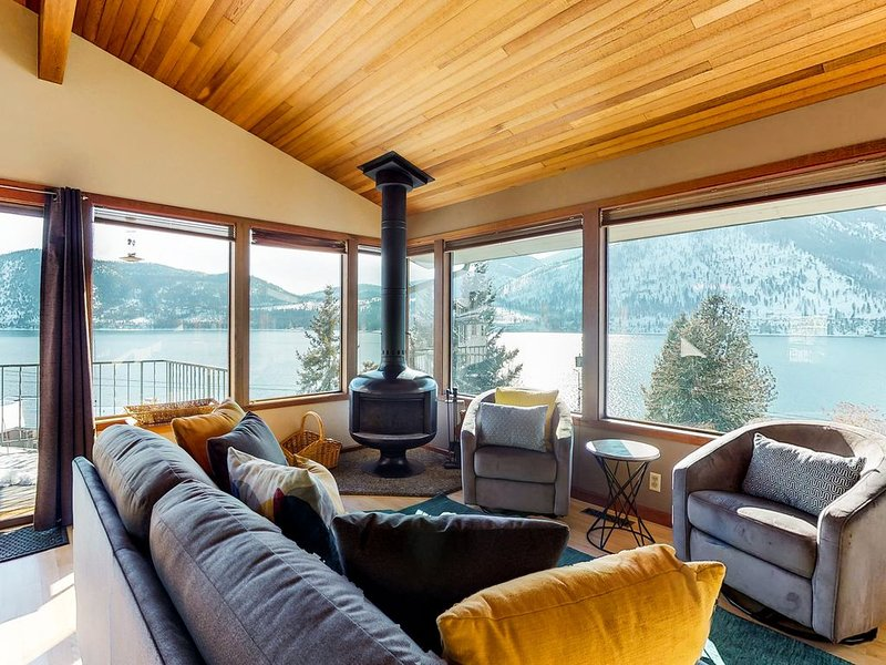 Lakeview home with a great deck, walk across the street to the beach!, location de vacances à Manson