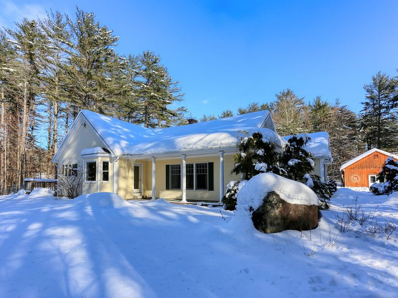Dog-friendly cottage w/enclosed yard near Sunday River Resort, alquiler de vacaciones en Bryant Pond