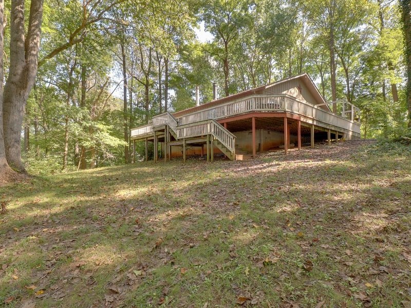 Lovely Home w/ granite counter tops, large yard, fire ring & dock, holiday rental in Mineral