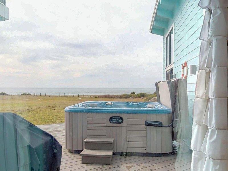 Dog-friendly, waterfront home w/ amazing views, private hot tub, & beach access, location de vacances à Fort Bragg
