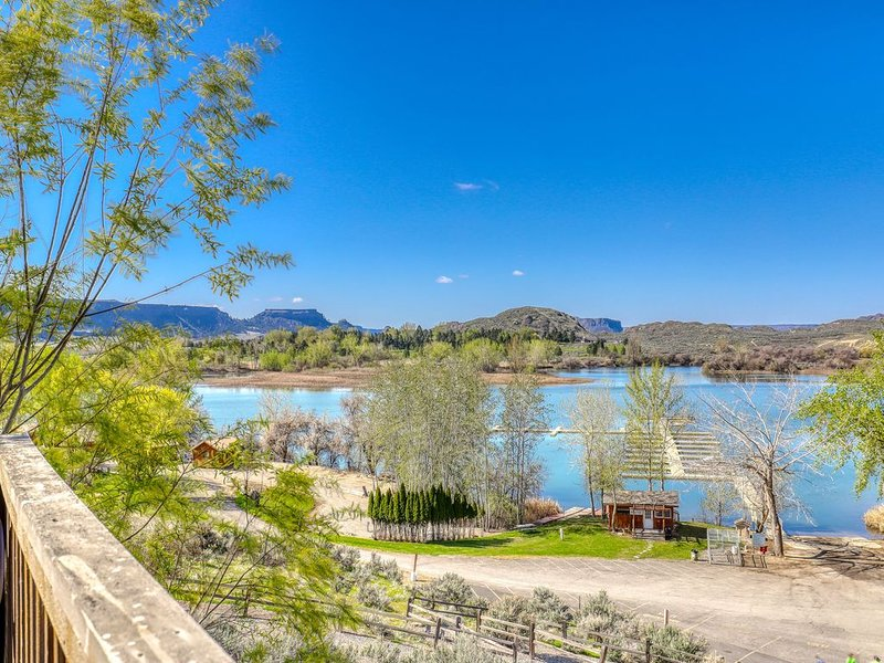 Dual level villa w/beautiful lake views from the furnished balcony!, location de vacances à Electric City