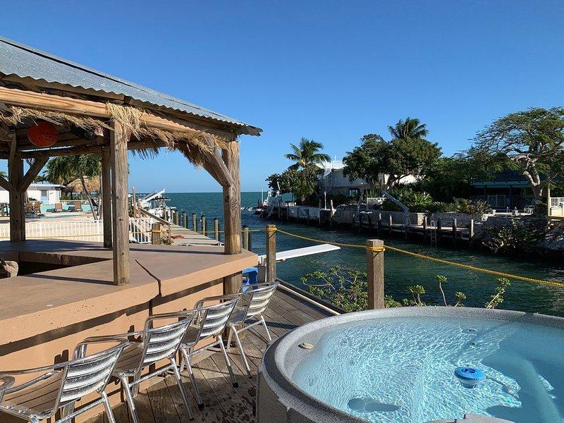 Waterfront home w/ Tiki Hut, Private Hot Tub, Dock, & Amazing Gulf Views, alquiler vacacional en Marathon
