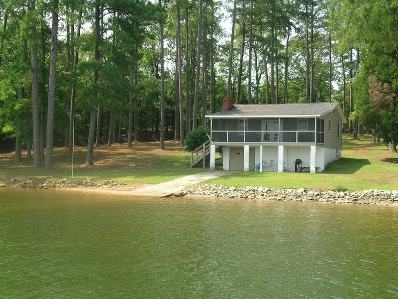 Lakefront home on a large lot, dock, views, dog-friendly too!, vacation rental in Prosperity