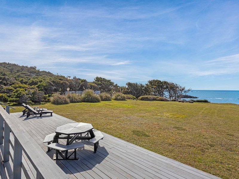 Waterfront home w/ a furnished deck & amazing views - Dogs welcome!, aluguéis de temporada em Gold Beach