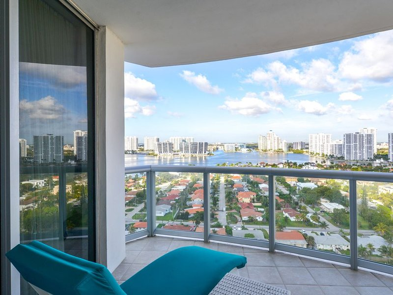New listing! Exquisite waterfront condo w/ beach views, shared pool/hot tub, location de vacances à Sunny Isles Beach