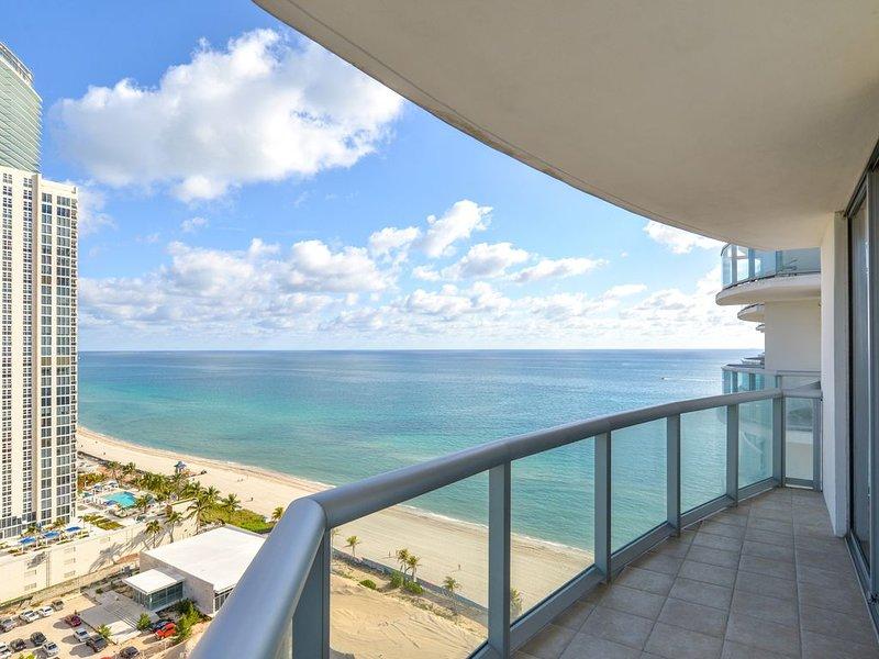 Bright condo with stunning ocean views, shared pool, & hot tub, casa vacanza a Sunny Isles Beach