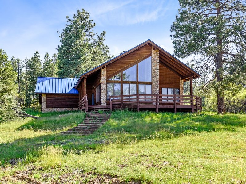 Dog-friendly cabin w/large yard, wood stove, grill & mountain views, alquiler de vacaciones en Pagosa Springs