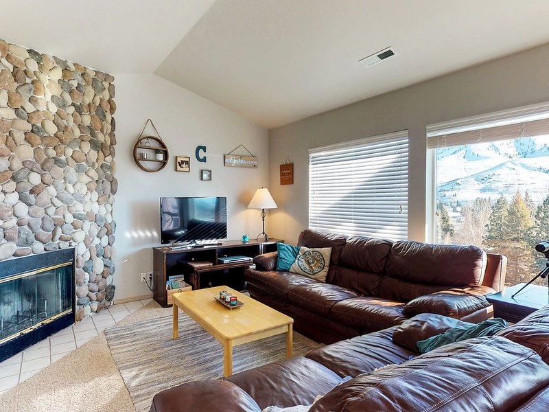 Lakeview condo, w/ balcony, shared seasonal pool, & hot tub - close to town!, location de vacances à Pateros