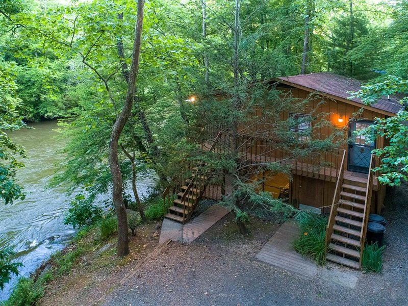 Secluded riverside cabin with two large decks - great for fishing!, location de vacances à Whittier
