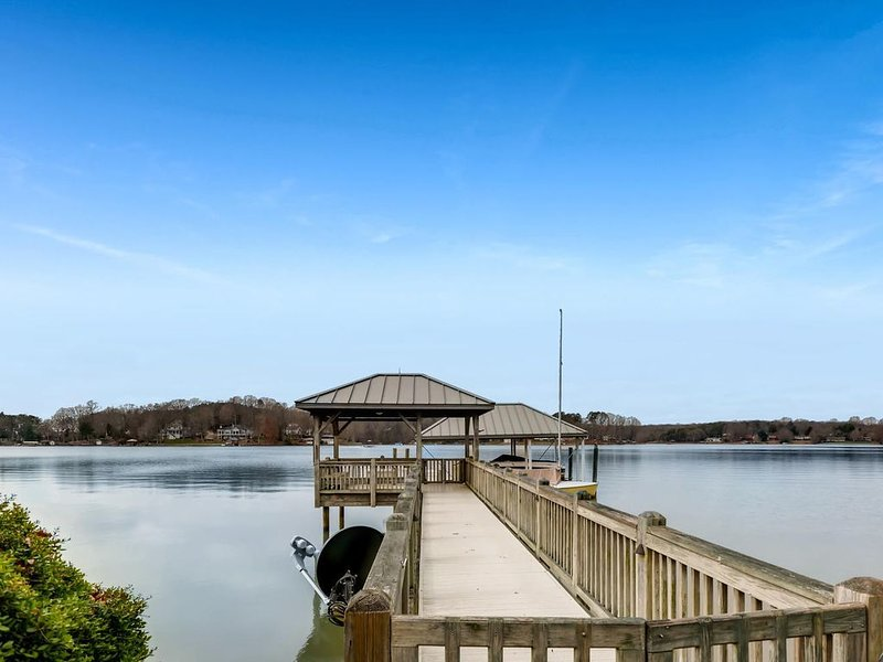 Kiser Island - Private Dock, Amazing Lake Norman views, screened in porch, holiday rental in Lake Norman