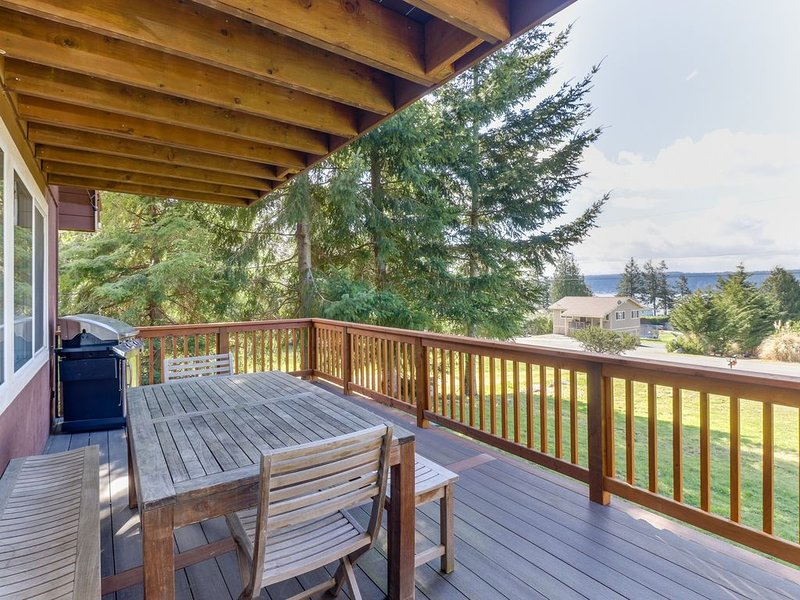 Charming home w/ two decks & views of Puget Sound - walk to the beach!, casa vacanza a Langley