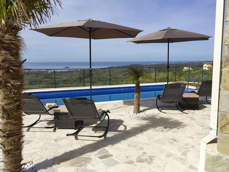 ** Nouveau - Luxueuse Villa-Vue époustouflante mer-8 personnes-Piscine privée, holiday rental in Rogoznica