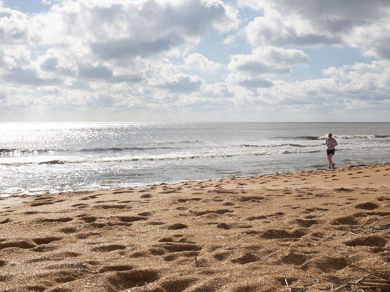 Hermosa playa a pocos pasos del condominio.