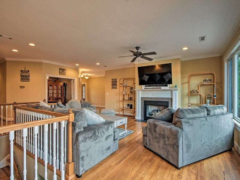 **Beautiful Lake Keowee Home Sleeps 15 ** GET AWAY AND RELAX!!, holiday rental in West Union