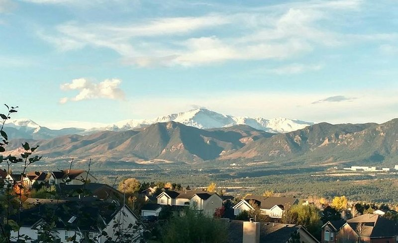 Breathtaking Mountain Views | Near Air Force Academy | Jetted Tub in Master, location de vacances à Monument